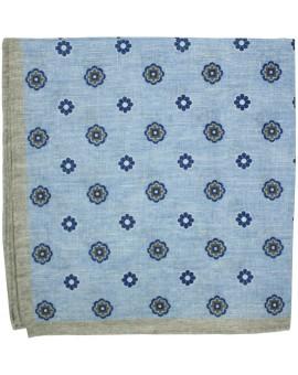 Pañuelo de bolsillo azul cielo con marco marron y estampado de flores de lino