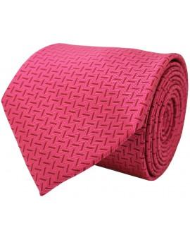 Corbata rosa con estampado de rayas haciendo contraste